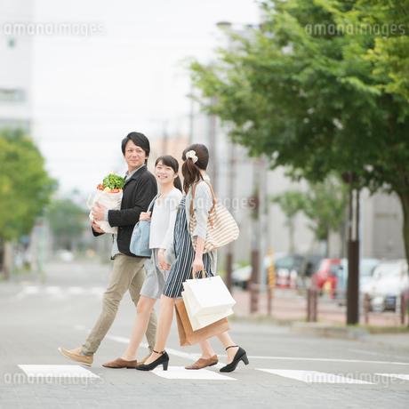 買い物をする親子の写真素材 [FYI01952357]