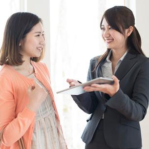部屋の内見をする女性とビジネスウーマンの写真素材 [FYI01952361]