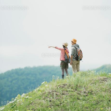 トレッキングをするカップルの後姿の写真素材 [FYI01952373]