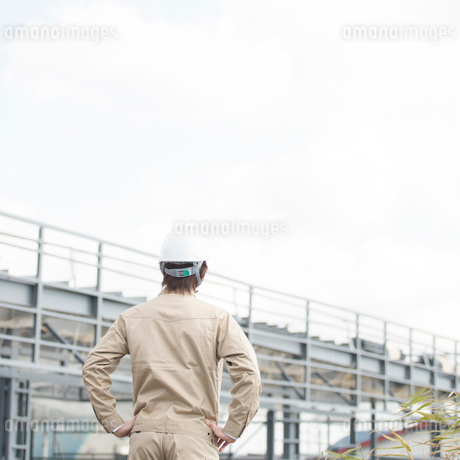 工事現場を眺める作業員の後姿の写真素材 [FYI01952374]