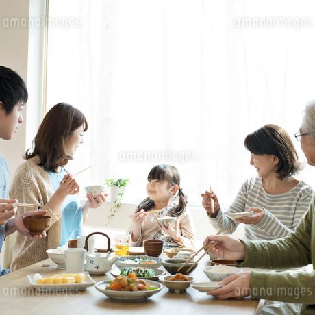 朝食を食べる3世代家族の写真素材 [FYI01952385]