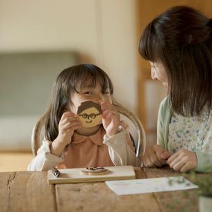 父の日のクッキーを作る親子の写真素材 [FYI01952402]