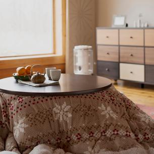 こたつの上に並ぶお茶とミカンの写真素材 [FYI01952406]