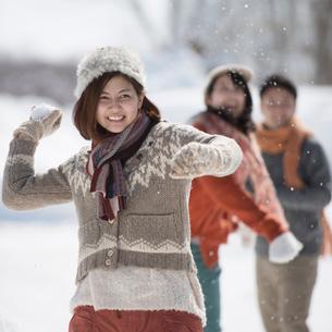 雪合戦をする若者たちの写真素材 [FYI01952408]