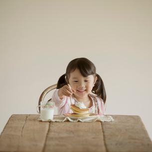 パンケーキを食べる女の子の写真素材 [FYI01952430]