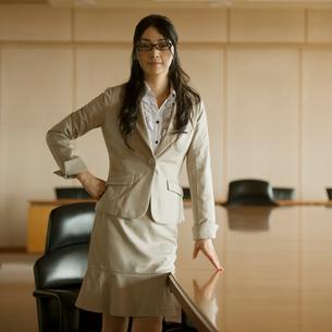会議室で真剣な表情をするビジネスウーマンの写真素材 [FYI01952436]
