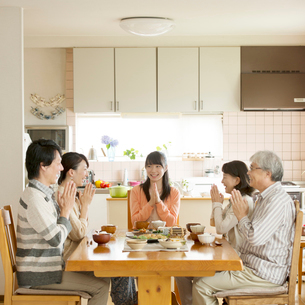 朝食を食べる3世代家族の写真素材 [FYI01952443]