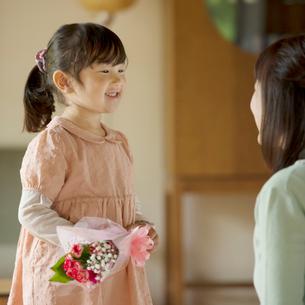 母親に花束を渡す女の子の写真素材 [FYI01952448]