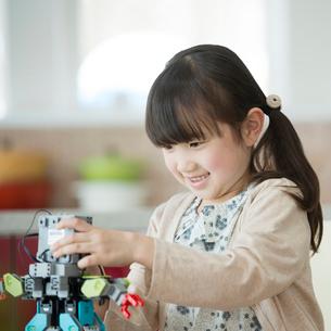 ロボットを持つ女の子の写真素材 [FYI01952484]