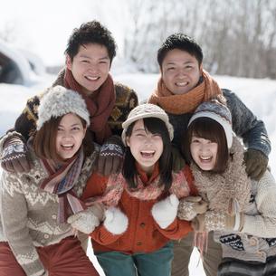 雪道ではしゃぐ若者たちの写真素材 [FYI01952488]