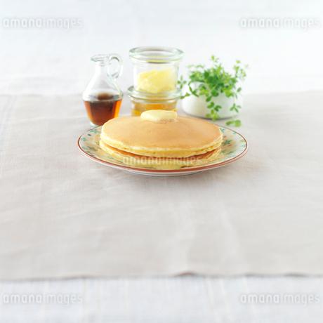 焼きたてのホットケーキと観葉植物の写真素材 [FYI01952498]