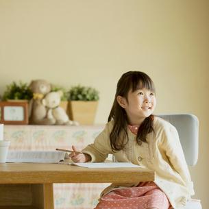 家庭学習をする小学生の写真素材 [FYI01952501]