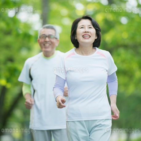 ジョギングをするシニア夫婦の写真素材 [FYI01952515]