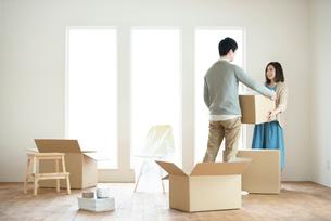 引越しの荷物を運ぶ夫婦の写真素材 [FYI01952518]