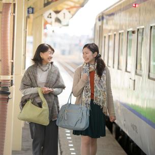 駅のホームを歩く親子の写真素材 [FYI01952521]
