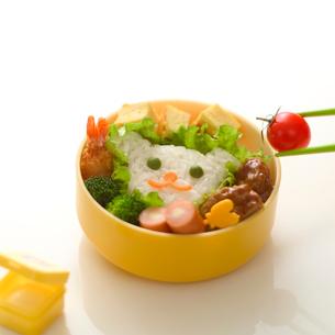 子供用のお弁当と箸でつまんだプチトマトの写真素材 [FYI01952533]