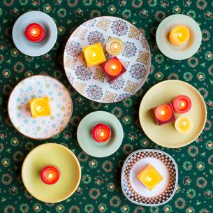 たくさんの皿とキャンドルの写真素材 [FYI01952558]