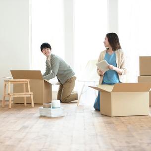 引越しの荷物の整理をする夫婦の写真素材 [FYI01952562]