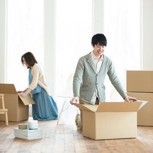 引越しの荷物の整理をする夫婦の写真素材 [FYI01952566]