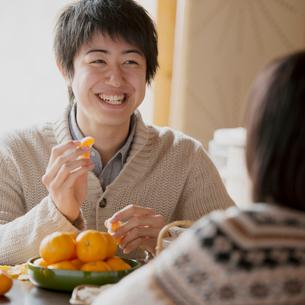 ミカンを食べる男性の写真素材 [FYI01952567]