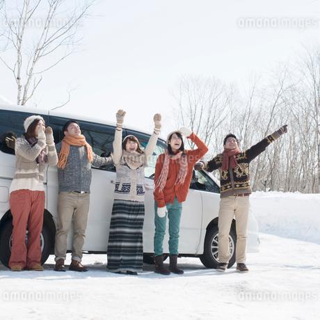 車の前で微笑む若者たちの写真素材 [FYI01952580]