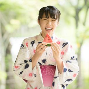 スイカを持ち微笑む浴衣姿の女性の写真素材 [FYI01952583]