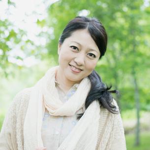 微笑むミドル女性の写真素材 [FYI01952584]