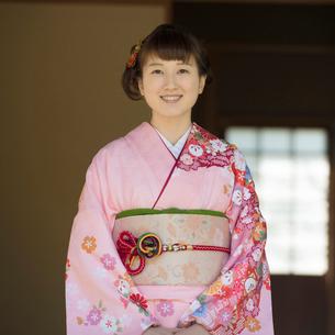 微笑む着物姿の女性の写真素材 [FYI01952591]