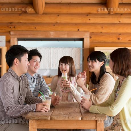 カフェで談笑をする大学生の写真素材 [FYI01952592]