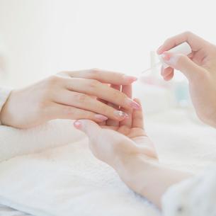 ネイルサロンでケアをする女性の手元の写真素材 [FYI01952597]