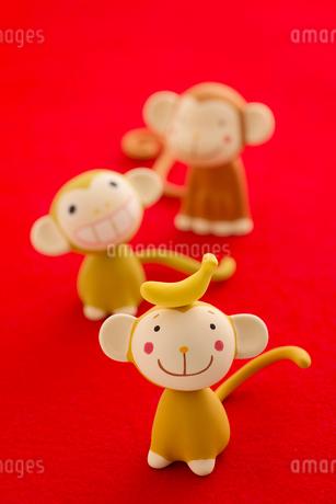 頭にバナナをのせた猿 干支のクラフトの写真素材 [FYI01952602]