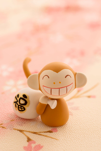 福袋を持つ猿 干支のクラフトの写真素材 [FYI01952604]
