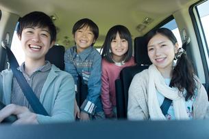車の中で微笑む家族の写真素材 [FYI01952613]