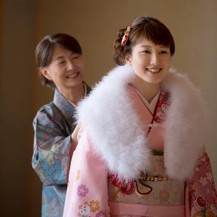 娘にショールを掛けてあげる母親の写真素材 [FYI01952643]