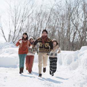 雪道を走る若者たちの写真素材 [FYI01952647]