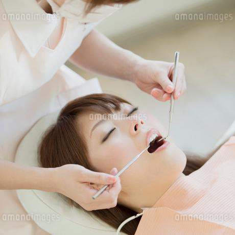 歯医者で検診を受ける女性の写真素材 [FYI01952655]