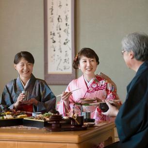 おせち料理を食べる家族の写真素材 [FYI01952678]