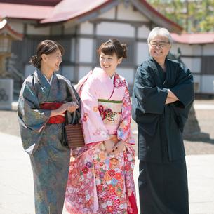 神社の境内を歩く家族の写真素材 [FYI01952695]