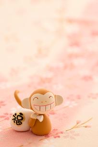 福袋を持つ猿 干支のクラフトの写真素材 [FYI01952704]