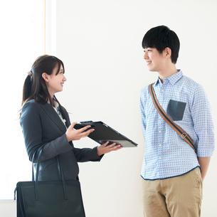 部屋の内見をする男性とビジネスウーマンの写真素材 [FYI01952713]