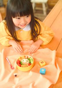 女の子とお弁当の写真素材 [FYI01952728]