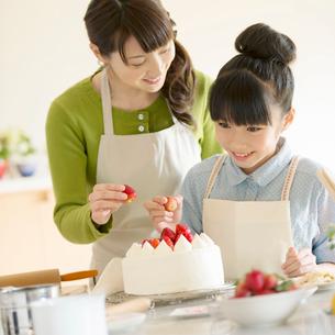 キッチンでケーキを作る親子の写真素材 [FYI01952751]