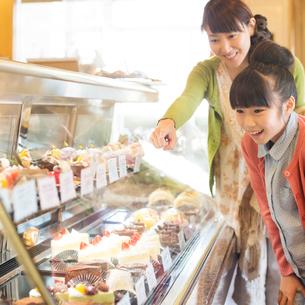 ケーキを選ぶ親子の写真素材 [FYI01952752]