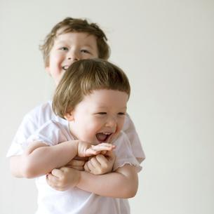 微笑むハーフの兄弟の写真素材 [FYI01952774]