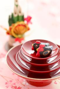 盃の上のニワトリと門松 干支のクラフトの写真素材 [FYI01952786]