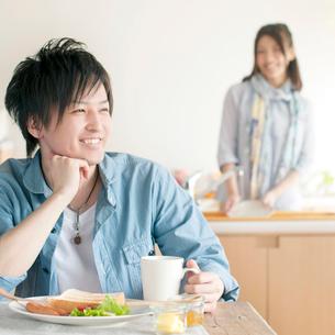 朝食を食べる男性の写真素材 [FYI01952808]