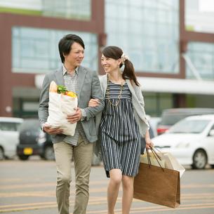 買い物をするミドル夫婦の写真素材 [FYI01952814]