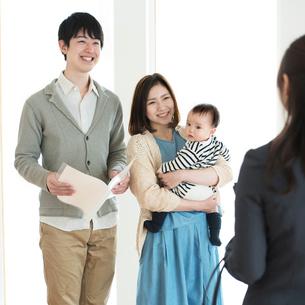 部屋の内見をする家族とビジネスウーマンの写真素材 [FYI01952822]