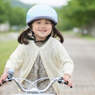 自転車に乗る女の子の写真素材 [FYI01952825]