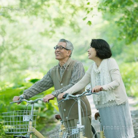 自転車を押すシニア夫婦の写真素材 [FYI01952837]